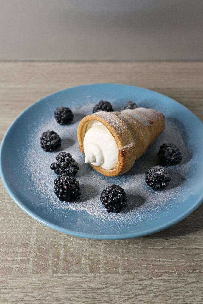 Kokos-Kegel mit Beeren: ideal für eine Festtafel an Feiertagen wie Ostern, Weihnachten, Kommunion etc. Einfach gemacht und histaminarm.