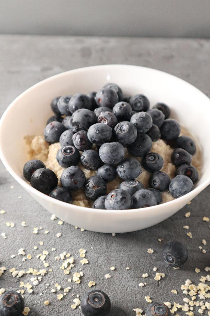 Ihr seid auf der Suche nach einem glutenfreien Frühstück, das noch dazu histamin- und frustosearm ist? Dann probiert mal dieses Porridge mit Hirseflocken.