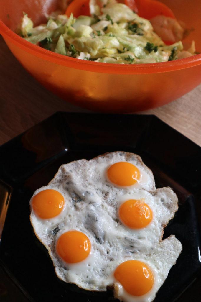 Ihr sucht nach einem schnellen Rezept für eine histaminarme Mahlzeit? Wachteleier mit Salat sind fix gemacht und schmecken sehr gut!