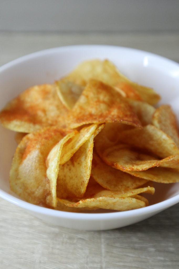 Selbst gemachte Chips schmecken so lecker! Da kommen gekaufte nicht mit. Zudem könnt ihr sie histamin- und fructosearm zubereiten.