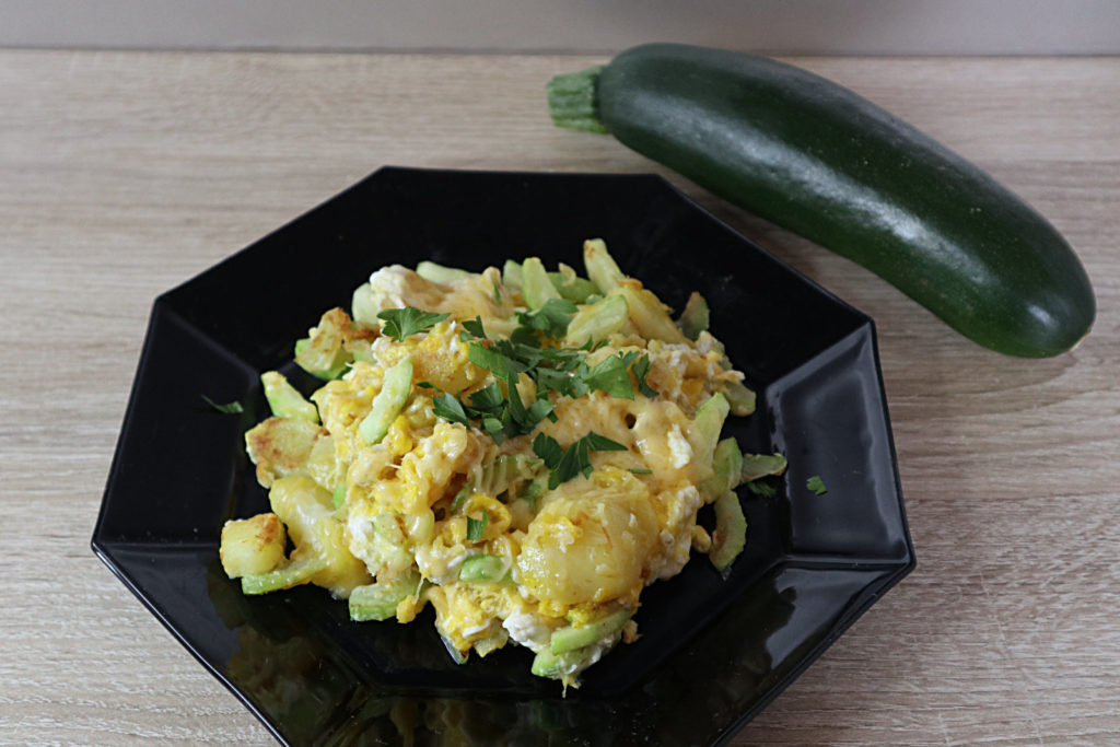Ihr sucht ein schnelles warmes Mittag- oder Abendessen? Dieses Rührei mit Kartoffeln und Zucchini ist super einfach und schnell gemacht!