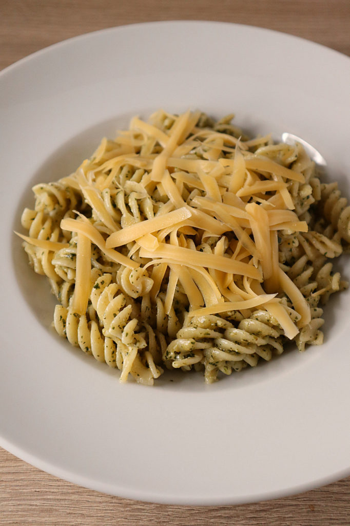 Ihr mögt Wildkräuter? Dann probiert doch mal dieses Rezept für Löwenzahn-Pesto, das hervorragend zu Nudeln passt. Histamin- und fructosearm.