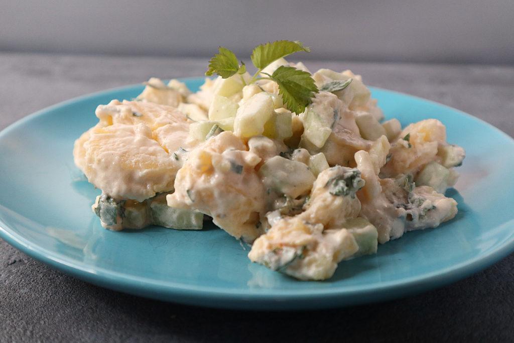 Lauwarmer Kartoffelsalat: Er ist super geeignet als schnelles Mittagessen zuhause, kalt als Pausensnack auf der Arbeit oder als Beilage zu Gegrilltem.