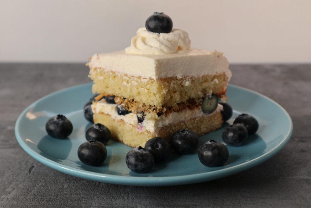 Ein toller Kuchen für eine Festtafel ist dieser Layer-Cake mit Heidelbeeren. Er ist gluten- und laktosefrei sowie histamin- und fructosearm.