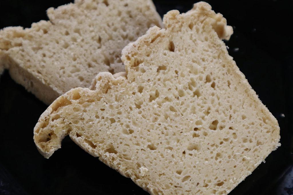 Probiert mal dieses Rezept für ein glutenfreies Reis-Mais-Brot. Es ist zudem histamin- und fructosearm und auf Wunsch auch laktosefrei.
