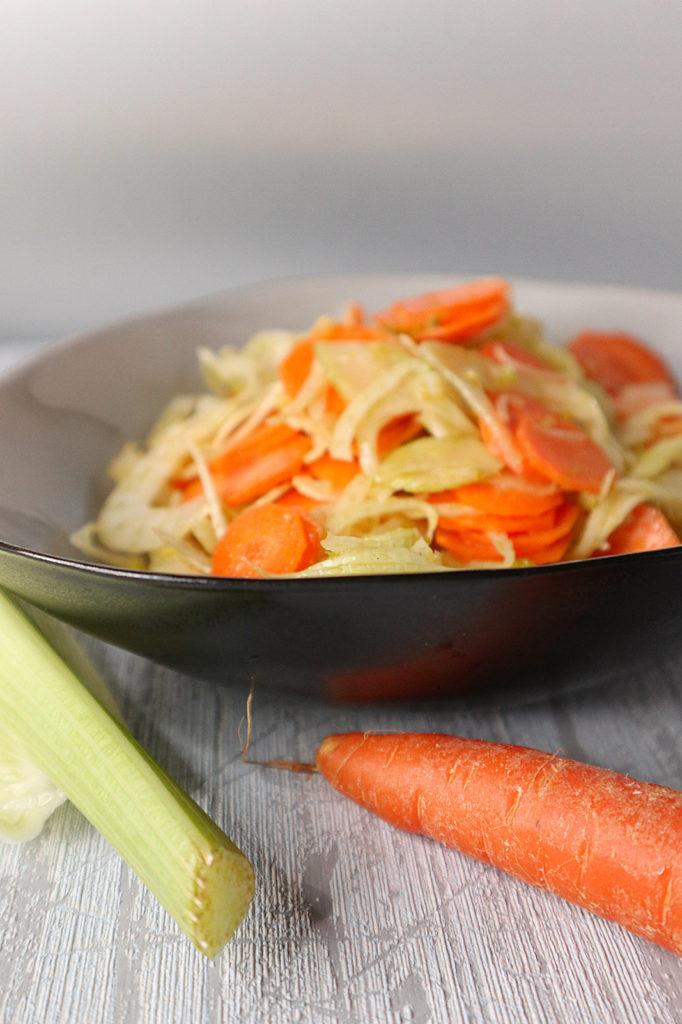 Eine leckere Beilage ist dieser erfrischende Fenchel-Möhren-Salat. Er ist histamin- und fructosearm uind zudem gluten- und laktosefrei.