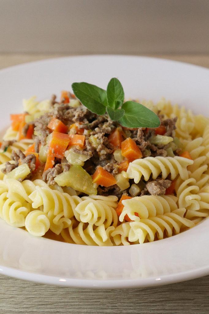 Diese Hackfleisch-Soße mit Möhren und Zucchini passt super zu (glutenfreier) Pasta. Sie ist zudem histamin- und fructosearm sowie laktosefrei.