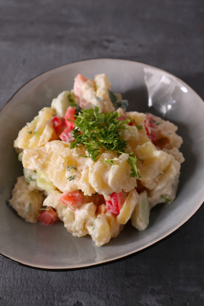 Dieser Kartoffel-Salat mit Paprika und Gurke ist histaminarm, laktose- und glutenfrei. Er eignet sich super als frische Beilage zu Gegrilltem.