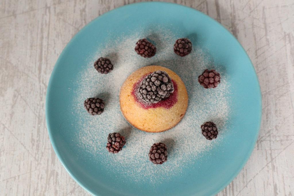 Bald kommt die Brombeerzeit! Diese Brombeer-Küchlein müsst ihr probieren. Sie sind histamin- und fructosearm, zudem auch laktosefrei.
