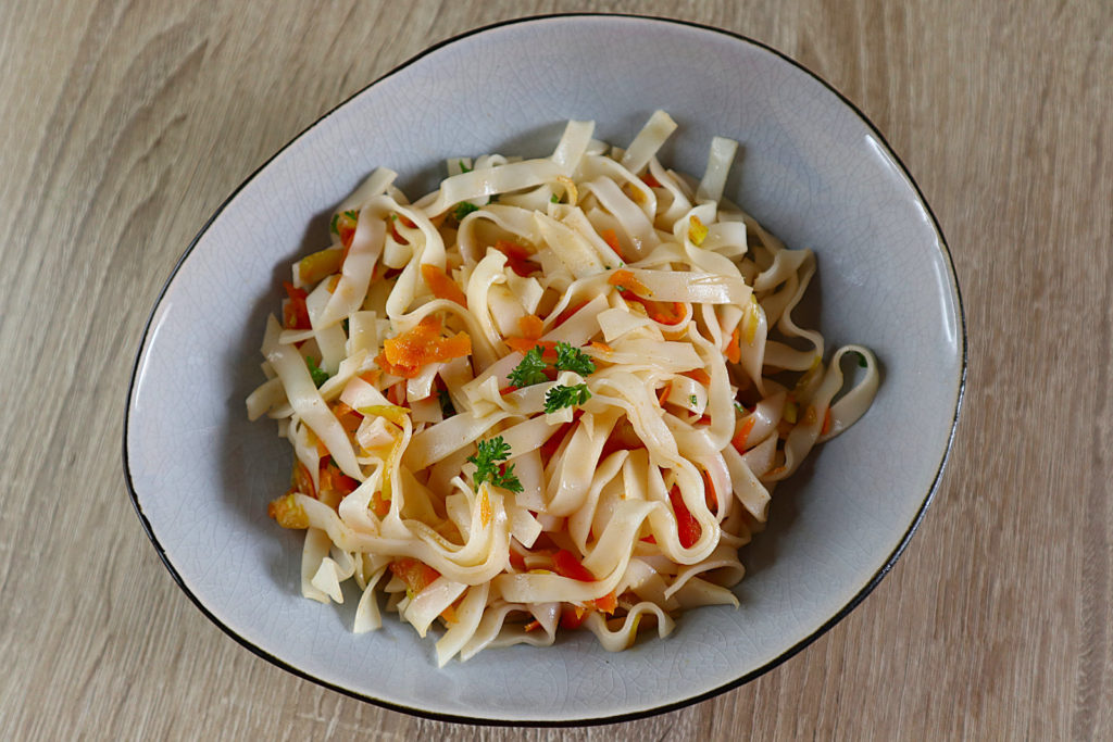 Aus Resten vom Vortag könnt ihr ganz schnell diesen leckeren glutenfreien Reisnudel-Salat zubereiten. Er ist gluten- und laktosefrei sowie histaminarm.