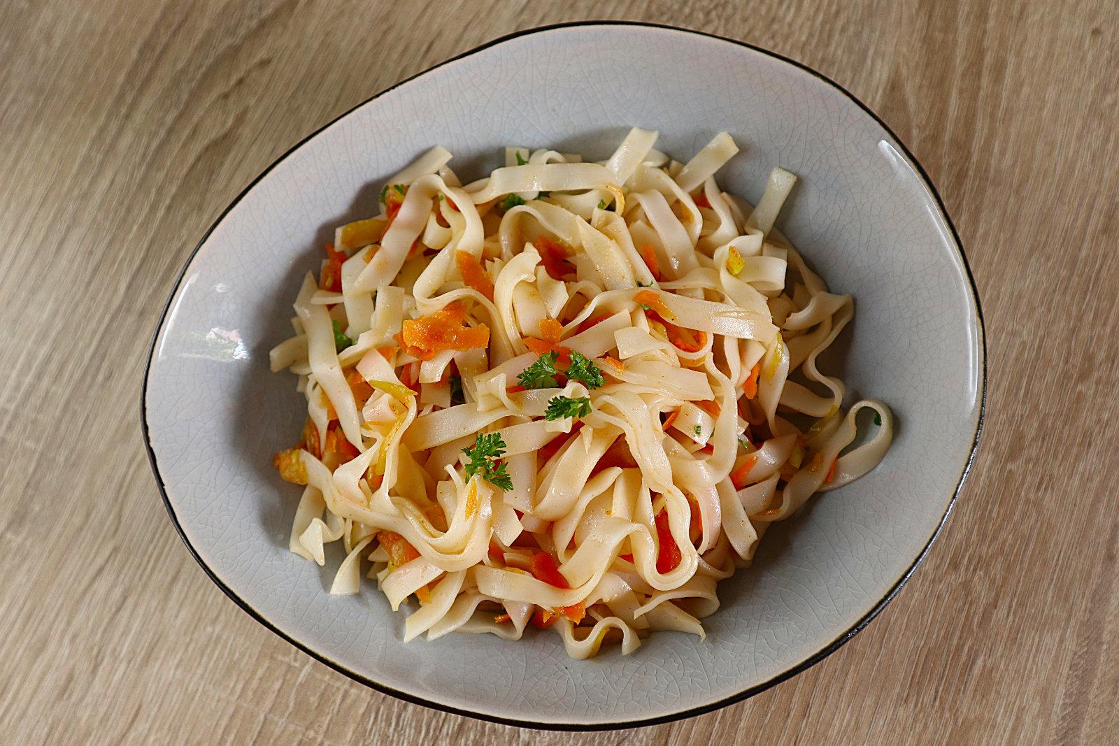 Glutenfreier Reisnudel-Salat