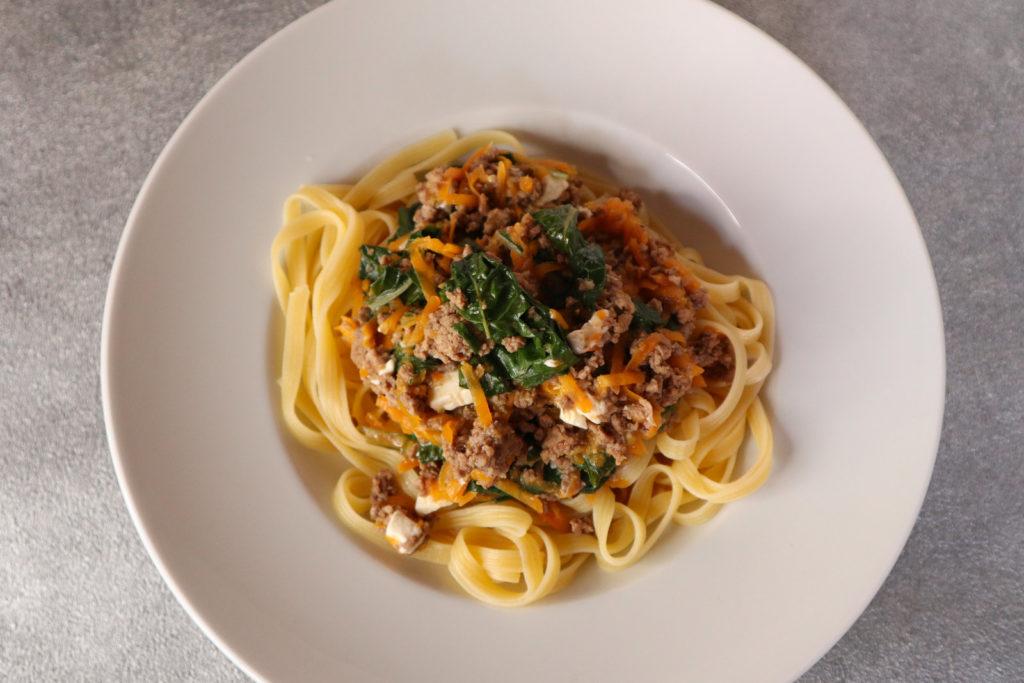 Glutenfreie Pasta mit Hack-Mangold-Möhren-Sosse ist schnell zubereitet und zudem histamin- und fructosearm. Sie kann auch laktosefrei gekocht werden.