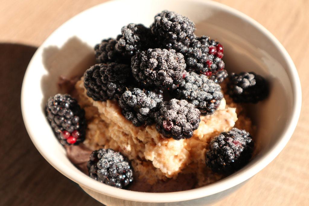 Quark mit Porridge und Obst ist ein schnell zubereitetes Frühstück. Es ist histamin- und fructosearm sowie glutenfrei. Auch laktosefrei möglich.