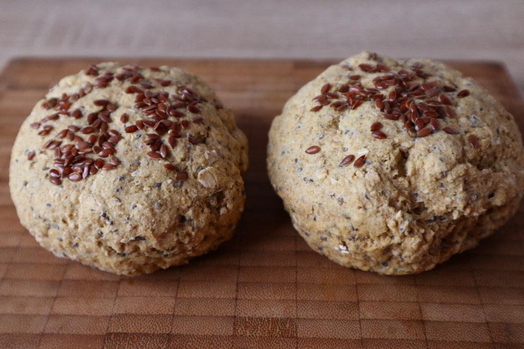 Glutenfreie Mais-Leinsamen-Brötchen sind schnell und einfach zubereitet. Sie schmecken mit süßem und herzhaftem Belag und sind histaminarm.