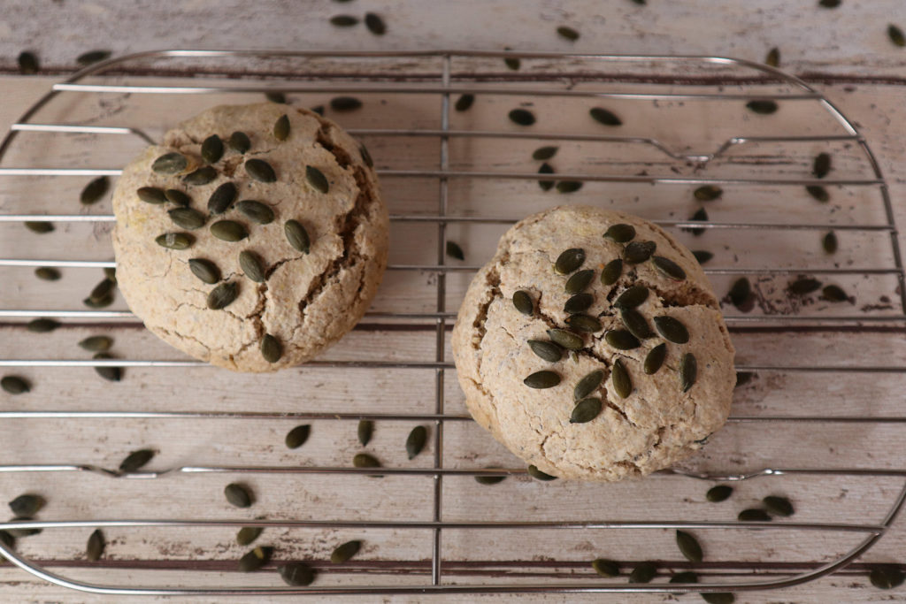 Glutenfreie Reis-Hafer-Brötchen sind schnell gemacht und schmecken lecker mit süßem oder herzhaftem Belag. Histaminarm sind sie noch dazu!