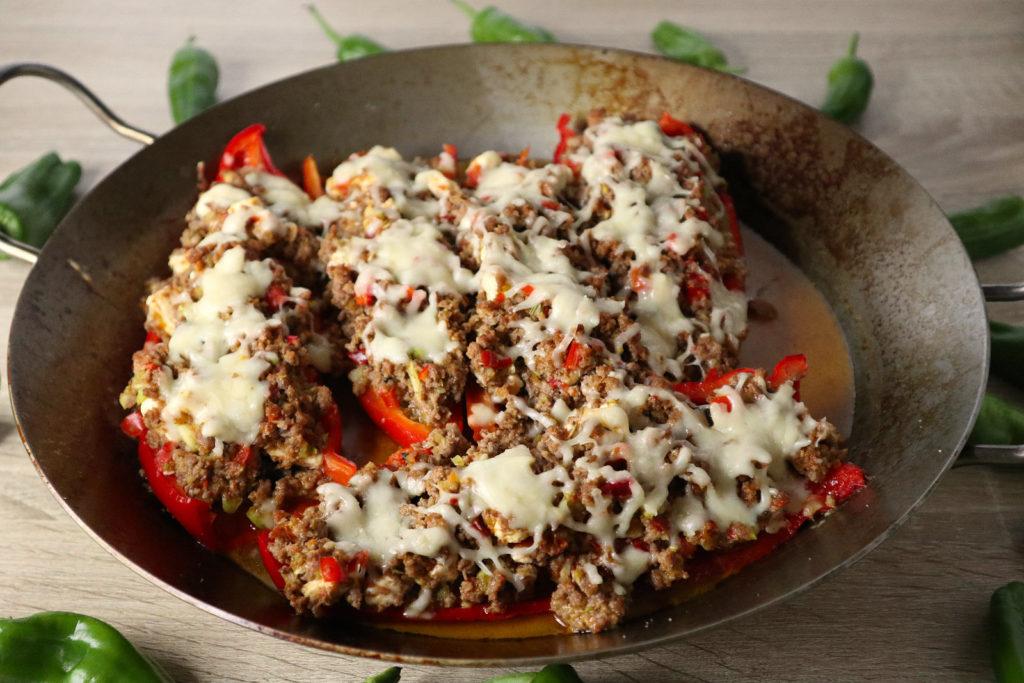Gefüllte Paprika schmecken sowohl im Sommer vom Grill als auch aus dem Backofen. Sie sind histaminarm, gluten- und laktosefrei zubereitet.