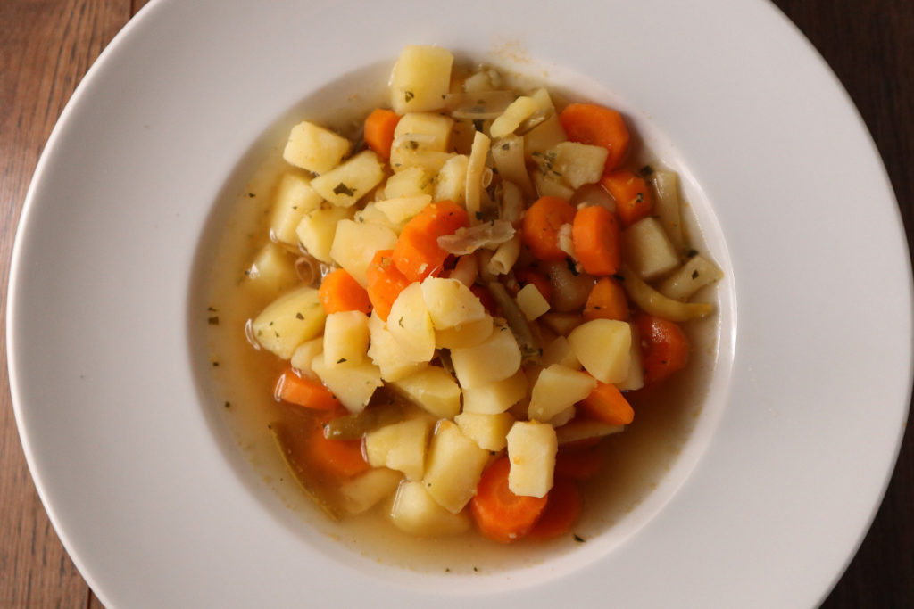 In dieser Quer-durch-den-Garten-Suppe könnt ihr alle für euch verträglichen Gemüsesorten verwenden. Sie ist histamin- und fructosearm.