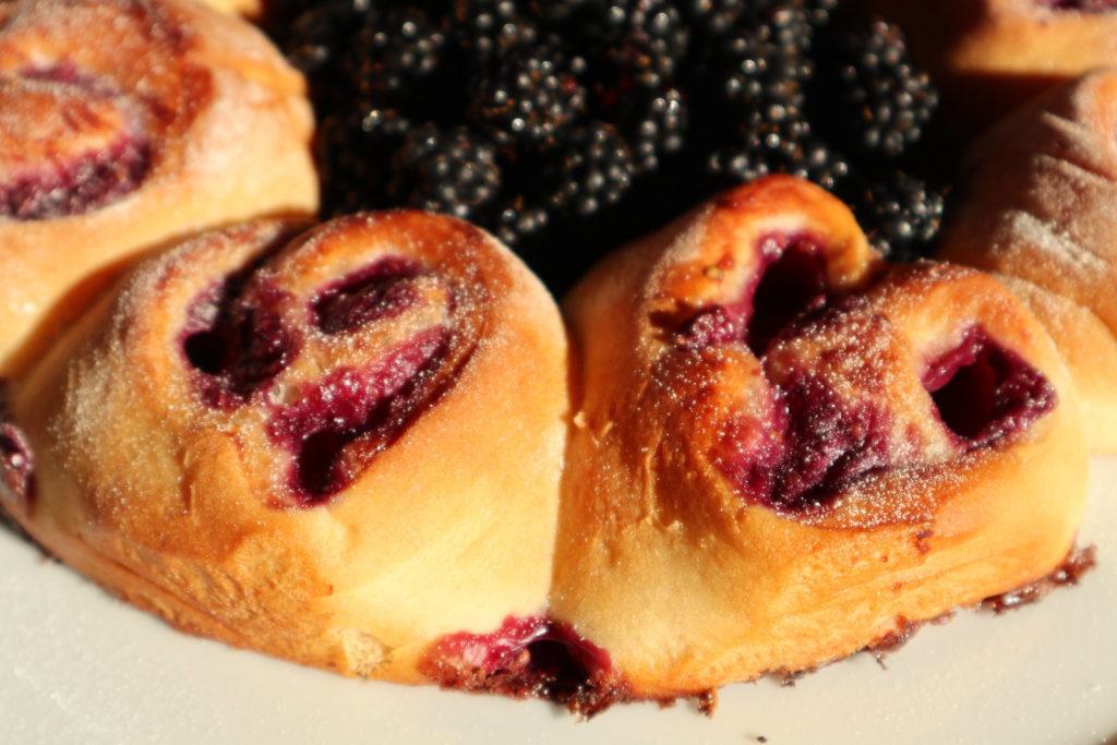 Brombeer-Pudding-Schnecken benötigen zwar etwas Zeit, aber der Aufwand lohnt sich auf jeden Fall. Sie sind histamin- und fructosearm.