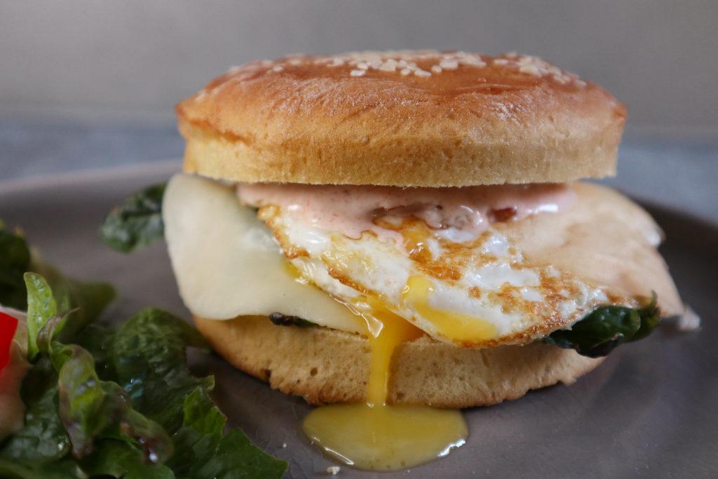 Burger mit Ei ist eine gute Idee zur Resteverwertung und histamin- und fructosearm zu machen. Die Ziegenjoghurt-Soße darauf ist sehr lecker!