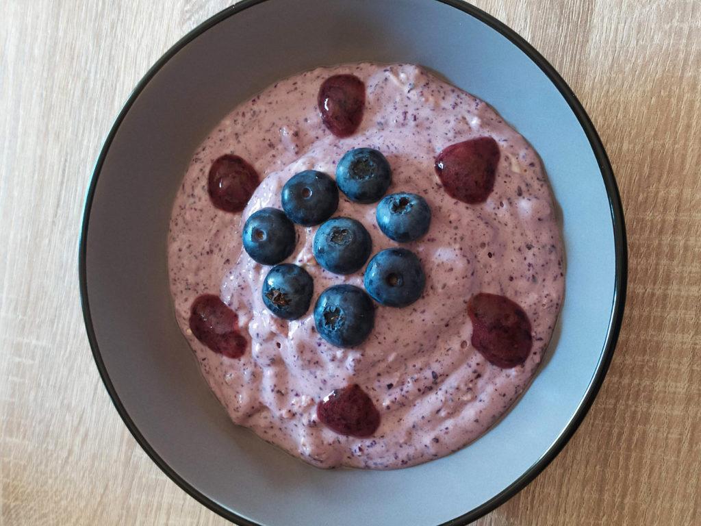 Mit diesem Protein-Quark startet ihr histamin- und fructosearm sowie glutenfrei in den Tag. Er kann auch laktosefrei zubereitet werden.