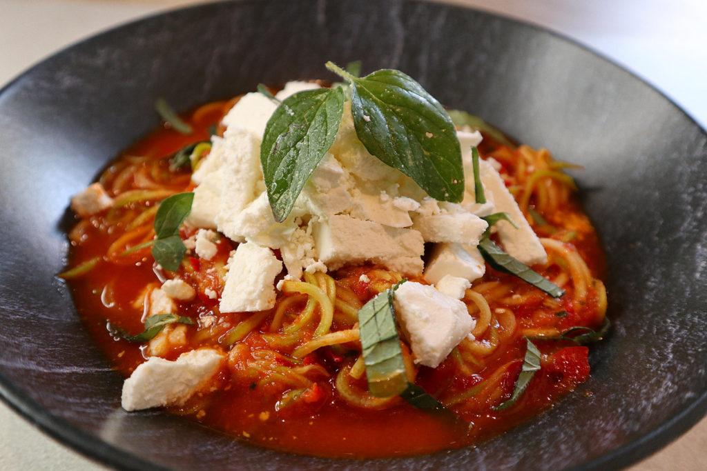 Leckere Zoodles mit Paprikasoße sind mit einem Spiralschneider schnell gemacht. Das Gericht ist histamin- und fructosearm.