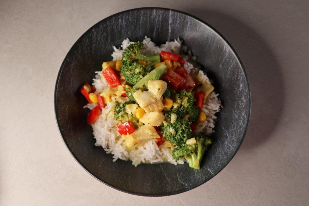 Mit dieser Fisch-Gemüse-Pfanne füllt ihr euren Jodspiegel auf. Sie ist histamin- und fructosearm zubereitet.