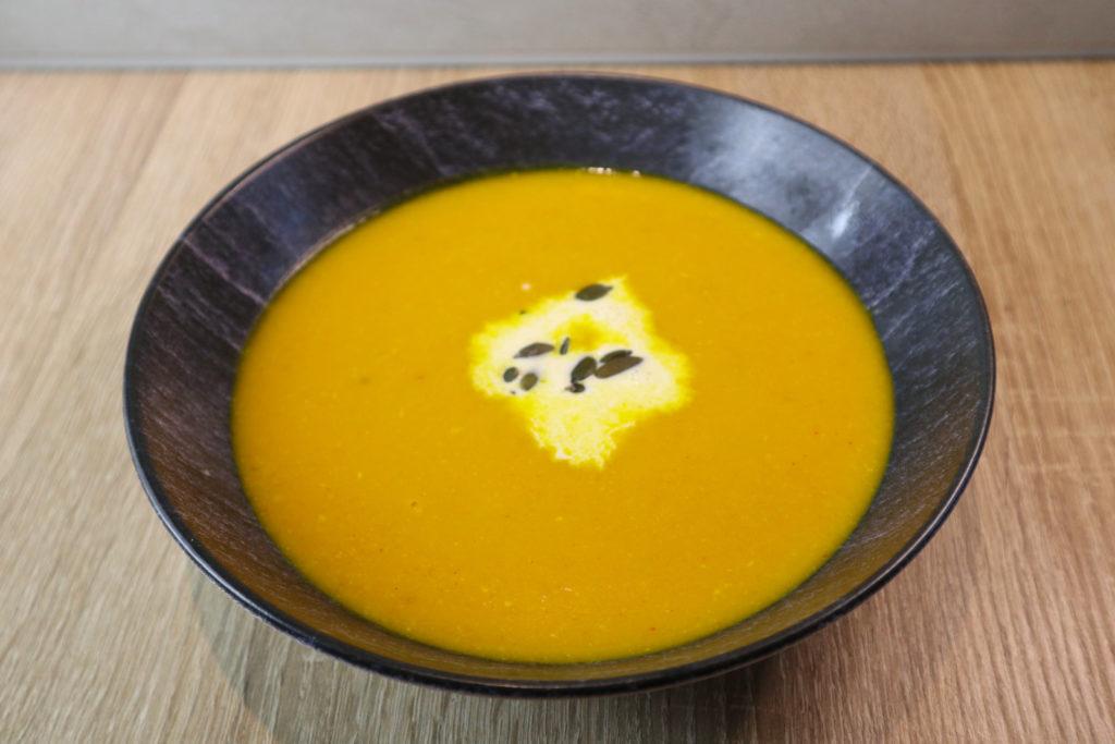 Diese leckere Kokos-Kürbis-Suppe passt hervorragend zum Herbst. Sie ist histamin- und fructosearm und kann laktosefrei zubereitet werden.