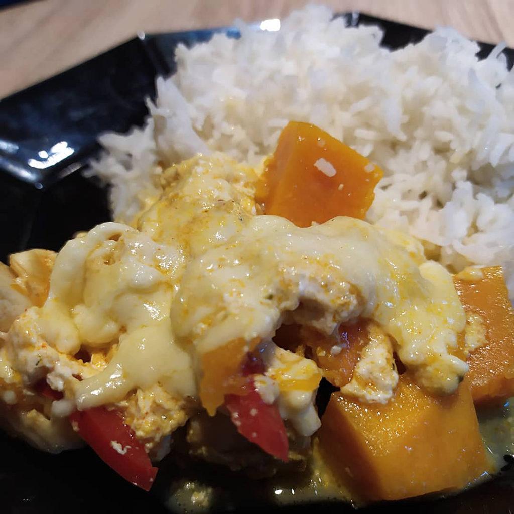 Hier findet ihr ein Rezept für einen leckeren Hähnchen-Kürbis-Auflauf, der histamin- und fructosearm sowie glutenfrei ist.