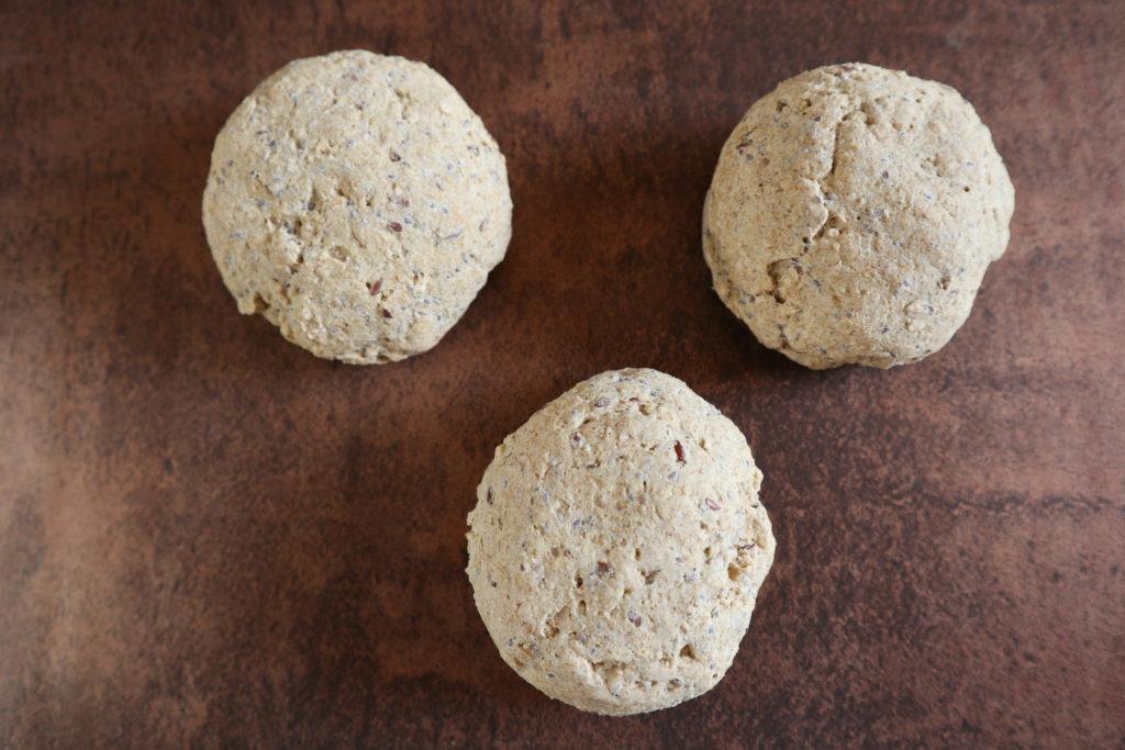 Glutenfreie Brötchen mit Hafermehl schmecken sowohl mit süßem als auch herzhaftem Belag. Sie sind histaminarm und glutenfrei.