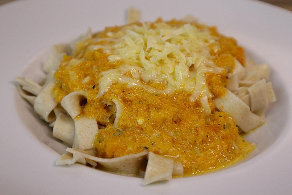 Diese herbstliche Kürbis-Frischkäse-Soße passt prima zu (glutenfreier) Pasta. Sie ist histamin- und fructosearm zubereitet.