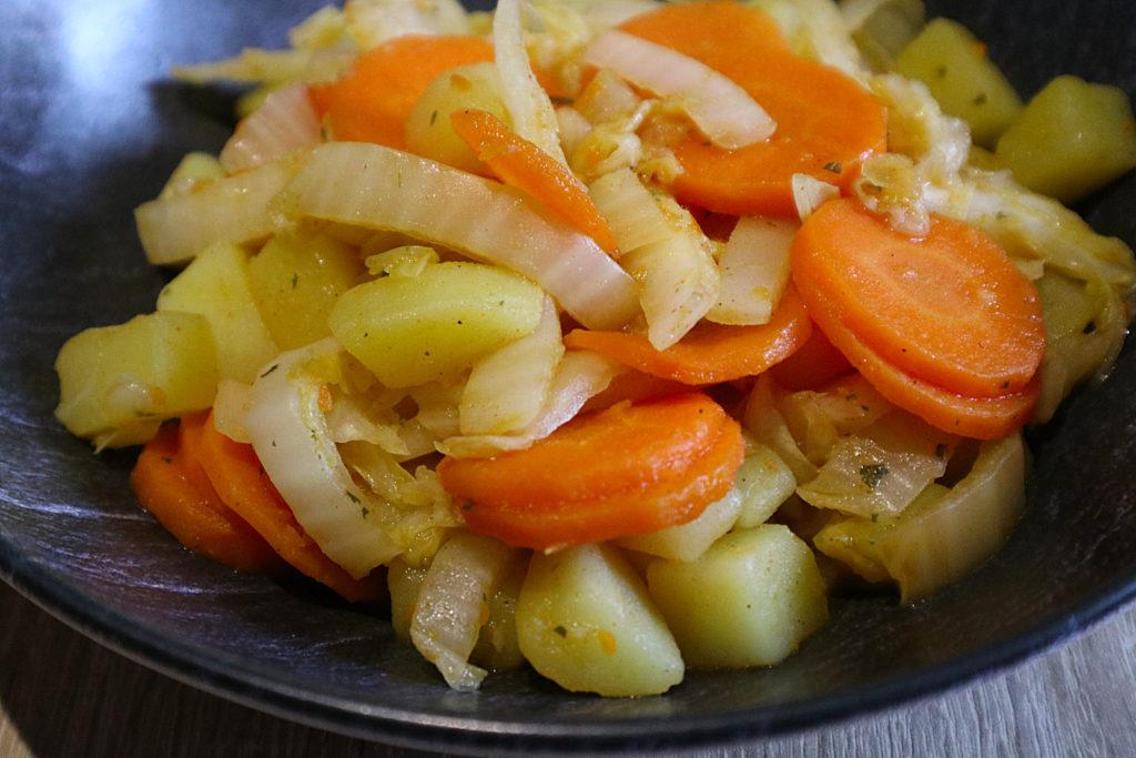 Diese Chinakohl-Möhren-Kartoffel-Pfanne ist sehr schnell zubereitet und histamin- sowie fructosearm, sowie gluten- und laktosefrei.