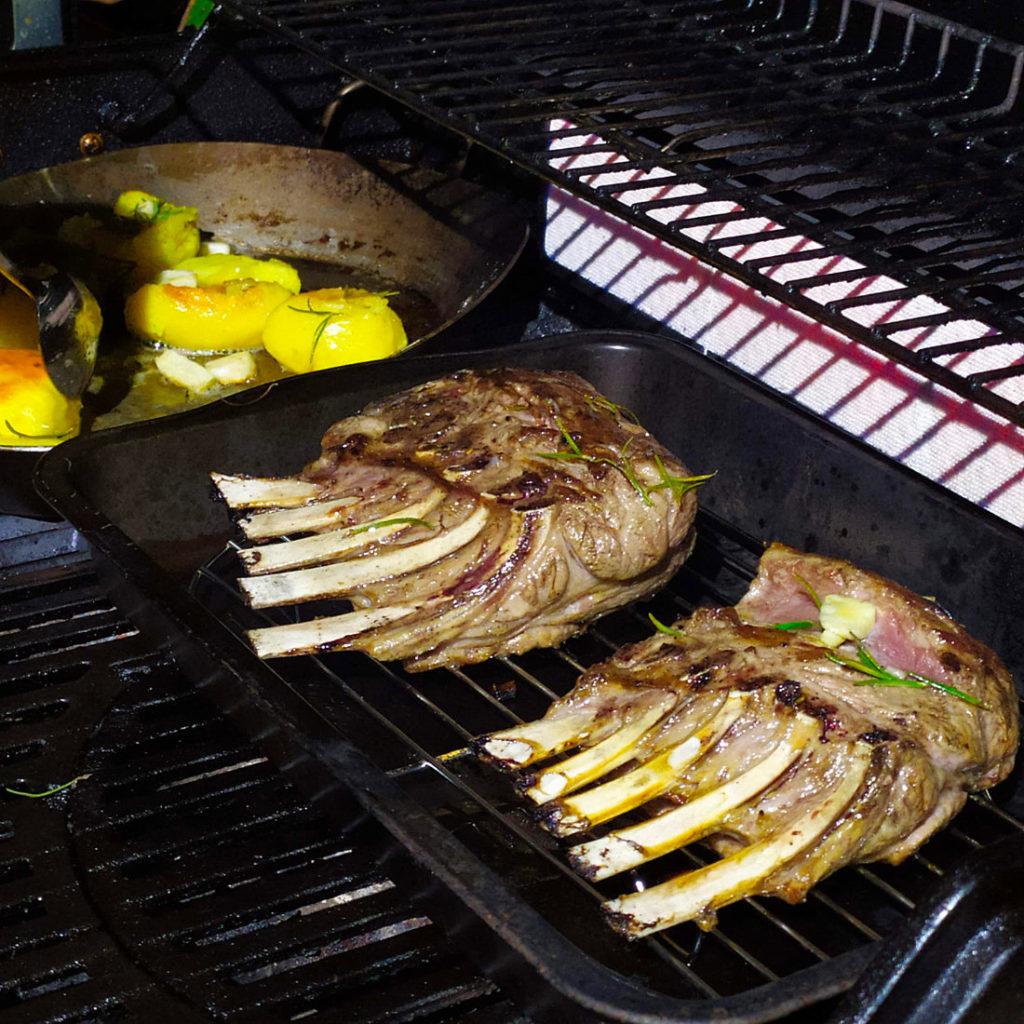 Lammracks vom Grill oder aus dem Backofen sind ein leckeres Gericht für Festtage. Ihr könnt es histamin- und fructosearm zubereiten.