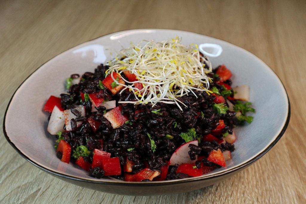 Eine Idee für schnelle Resteverwertung vom Vortag findet ihr bei meinem Salat mit schwarzem Reis (oder anderen Reissorten).