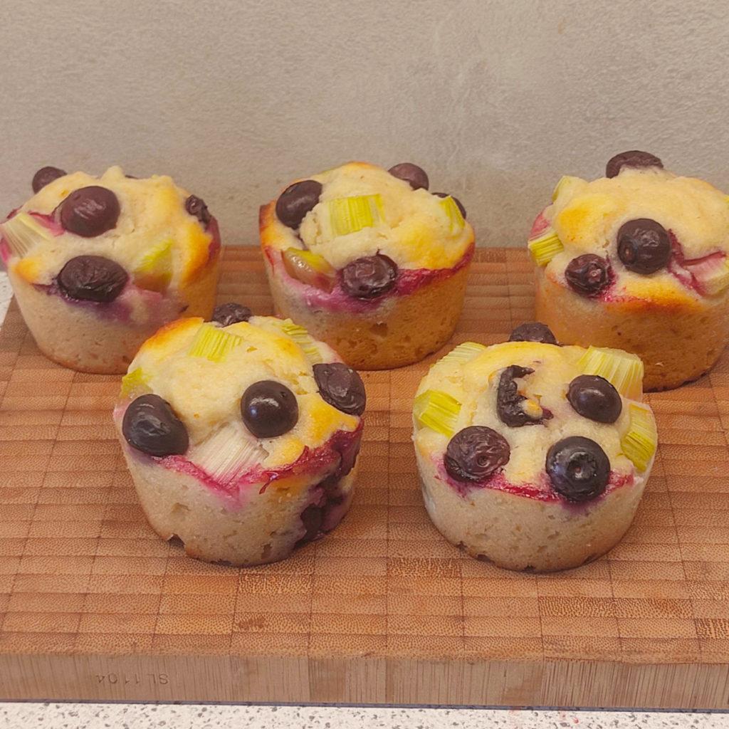 Ich liebe die Kombination von Rhabarber und Heidelbeeren! Hier habe ich ein Rezept für leckere Rhabarber-Heidelbeer-Muffins.